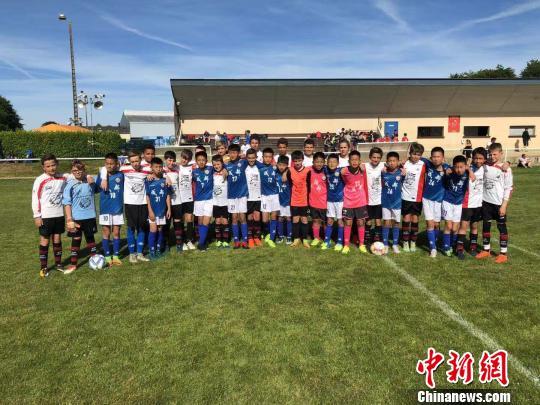 成都青少年足球运动员法国逐梦:踢球是一件快乐的事