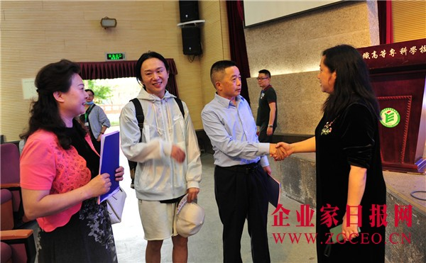 图片17  黄文章会长、陈萍副主席、阳川院长在一起交流.jpg