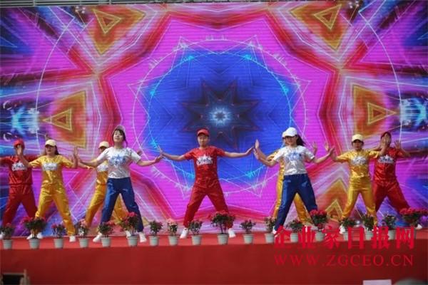 图片11  在《踩踩踩》欢快的开场歌舞中拉开帷幕.jpg