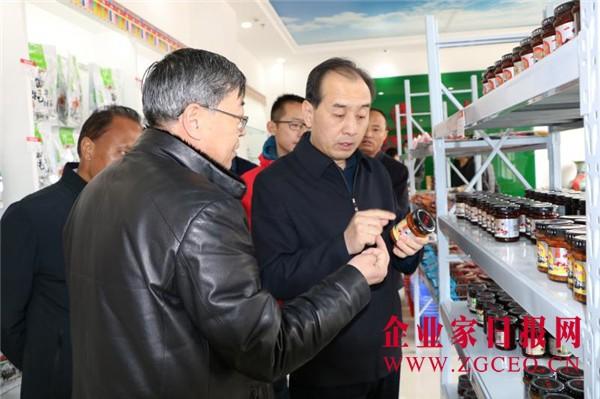 图6-7、陈峰彦局长一行了解安多牧场牦牛、藏羊肉产品生产和销售情况.jpg